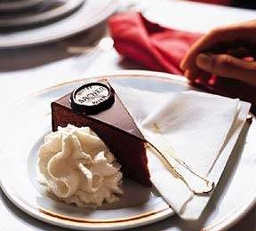 Limited edition, torta Sacher firmata da Nitsch