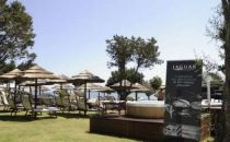 Vacanze di lusso: Jaguar on the beach in Costa Smeralda