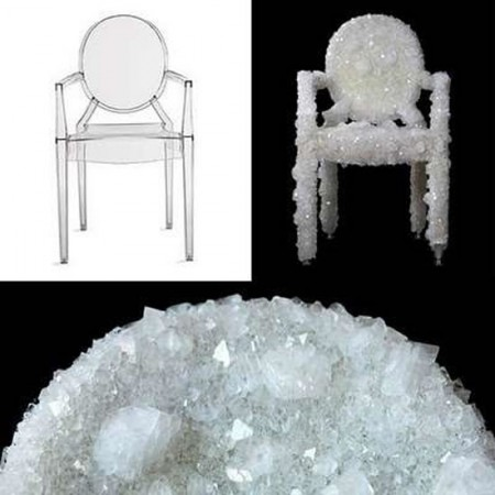 Cristalli di quarzo ricoprono la Louis Ghost Chair di Philippe Starck