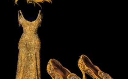 "All'asta il vestito d'oro e Swarovski da 100mila dollari di Barbra Streisand in ""Hello Dolly"""