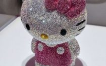 Cristalli Swarovski per la versione più chic di Hello Kitty in limited edition