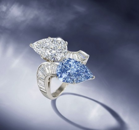 Raro anello con diamante blu Bulgari all'asta da Bonhams
