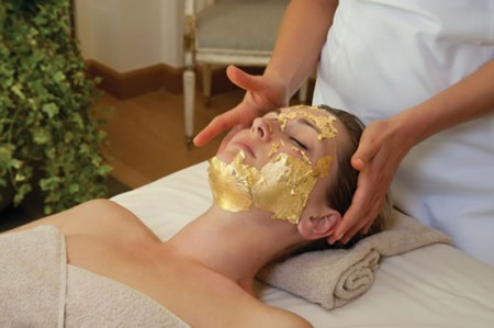 Maschera in oro a 24 carati per il Gold Facial Treatment al Four Season di Firenze