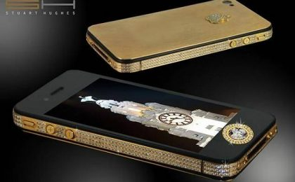 Stuart Hughes firma la versione dell'iPhone 4S Elite Gold da sei milioni di sterline