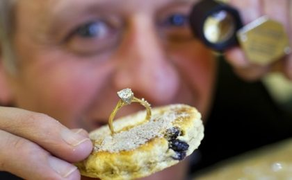 Dal Galles la torta con anello in diamanti, per gola e per beneficenza