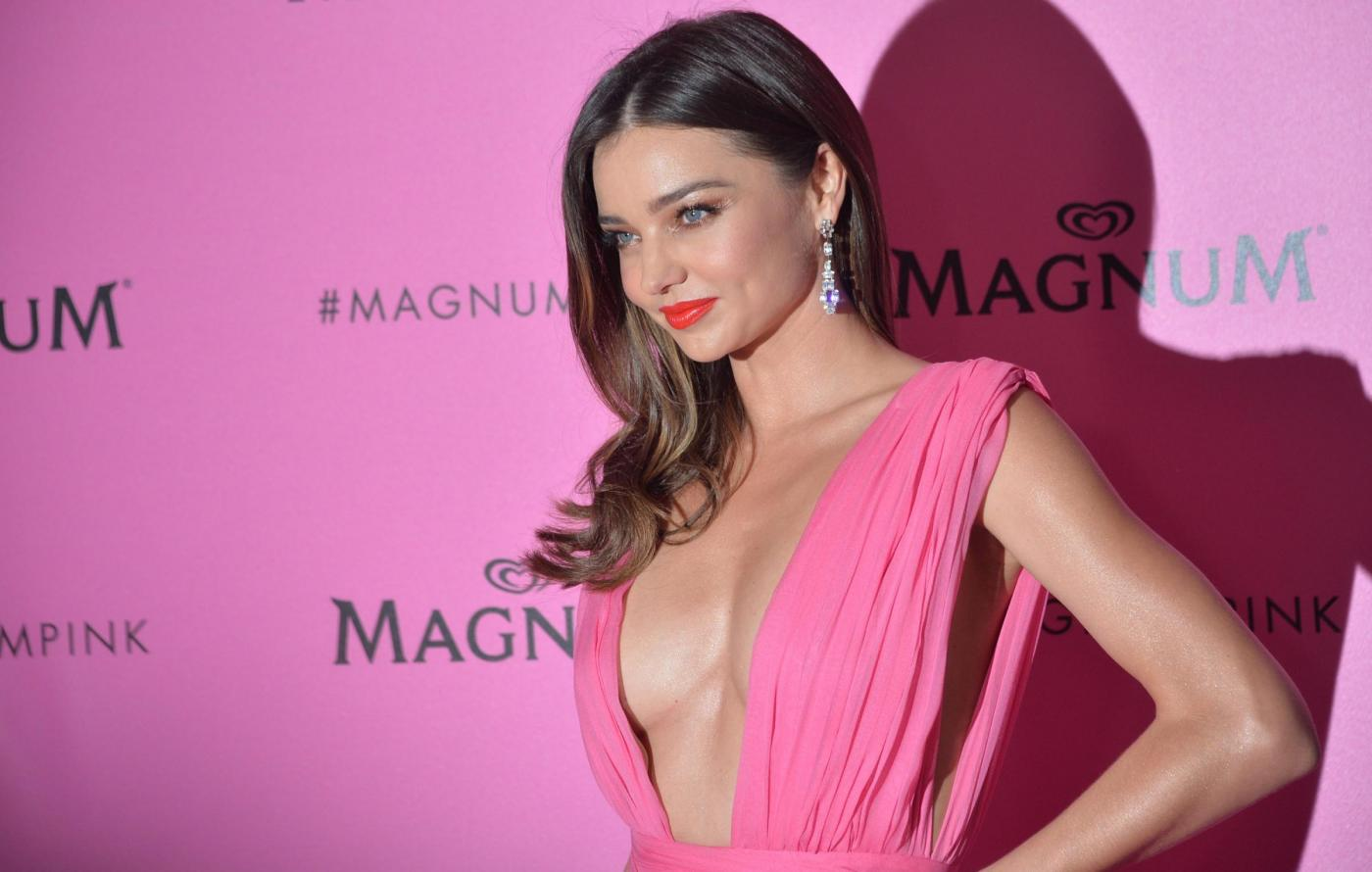 Miranda Kerr in rosa al Magnum Beach Party