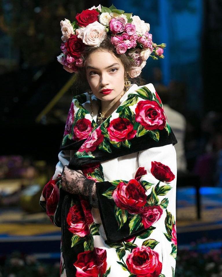 0eb204e9bf Dolce & Gabbana porta l'Alta Moda del 2017 nei Laboratori del Teatro ...
