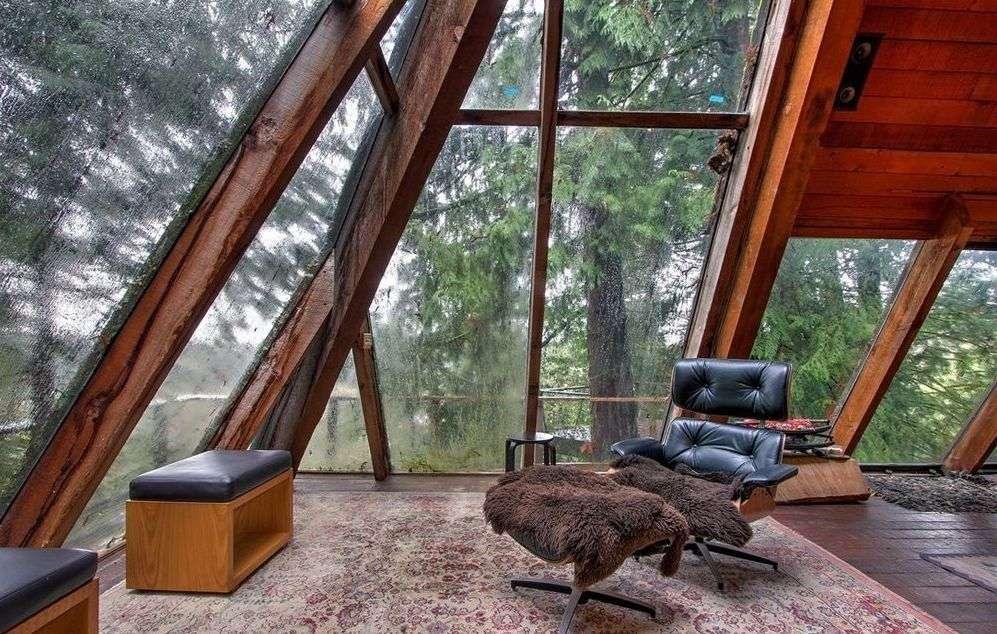 La casa-piramide in legno e vetro