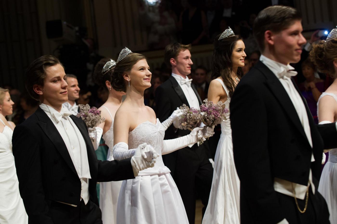 Vienna, le giovani donne entrano in società: eccole al ballo delle debuttanti
