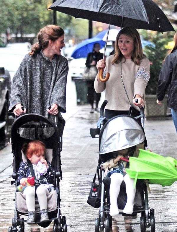 Jenna Bush a passeggio con le figlie sotto la pioggia