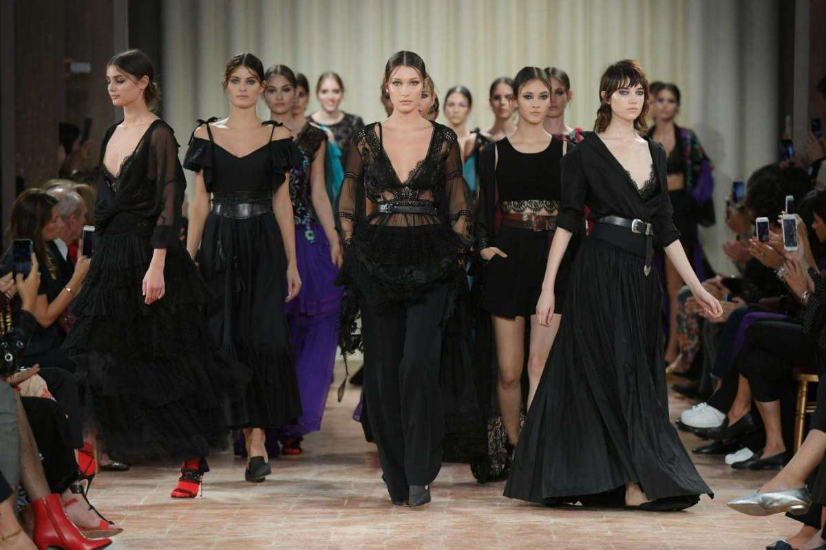 timeless design 137ac 6a713 Alberta Ferretti presenta gli abiti per la Primavera-Estate ...