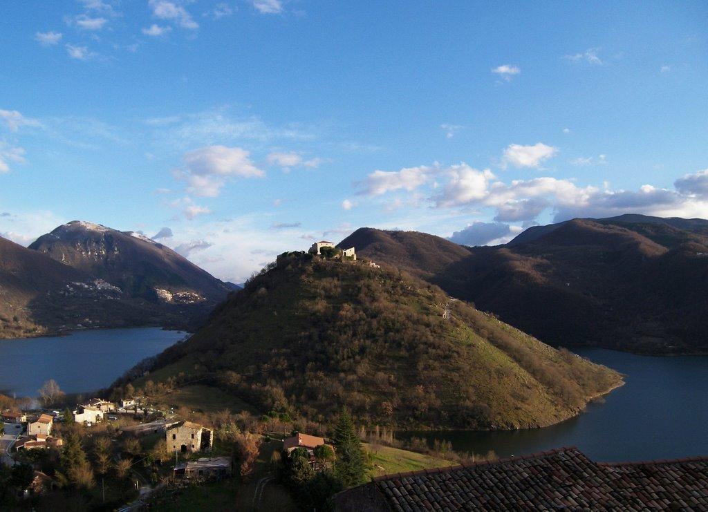 Il borgo di Antuni sul lago del Turano