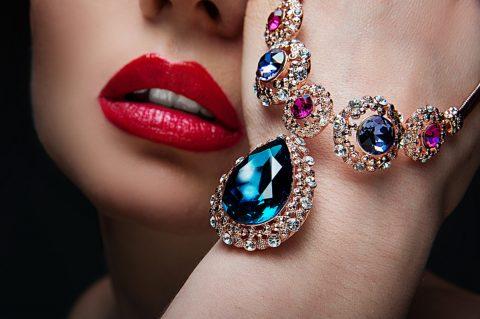 Donna con gioielli molto costosi