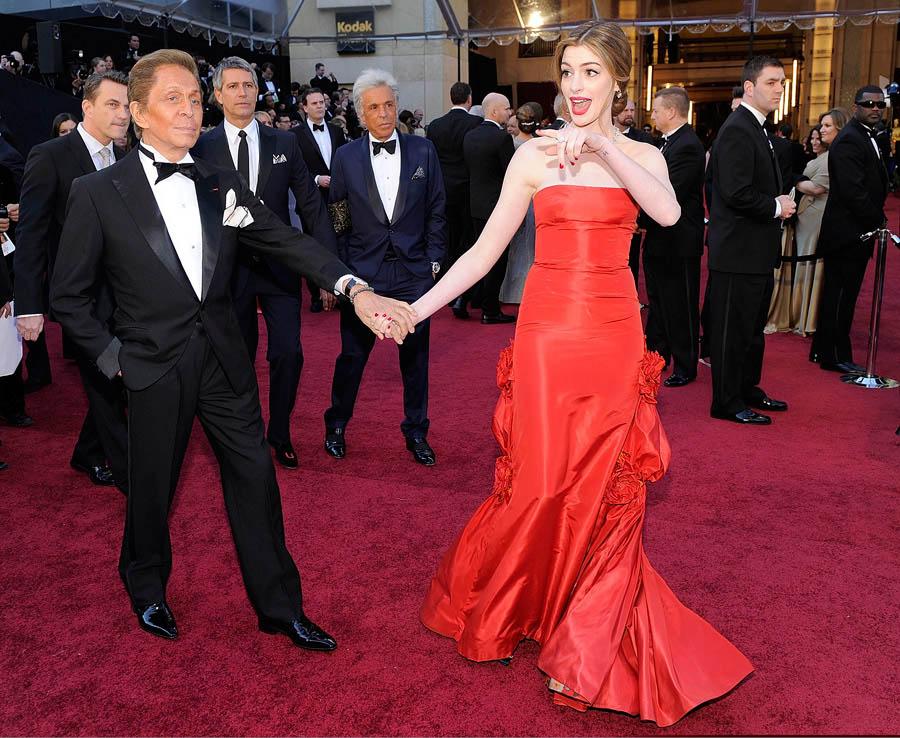 Anne Hathaway con abito rosso Valentino agli Oscar 2011