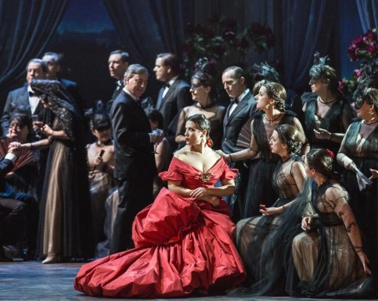L'abito disegnato da Valentino per la Traviata al Teatro dell'Opera di Roma
