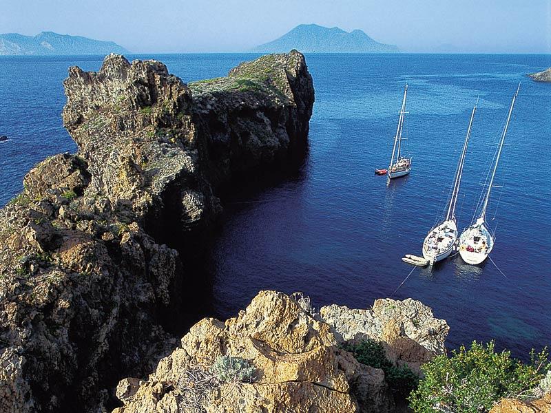 Barche a vela nelle acque delle isole Eolie