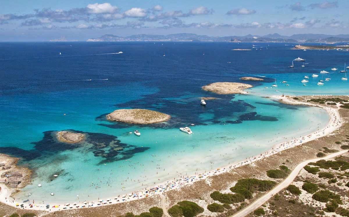 Playa de Ses Illetes con i suoi caratteristici isolotti