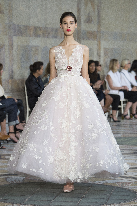 Gli abiti da sposa di Haute Couture Giambattista Valli. Abito in pizzo  floreale Giambattista Valli 4f624d82bd0