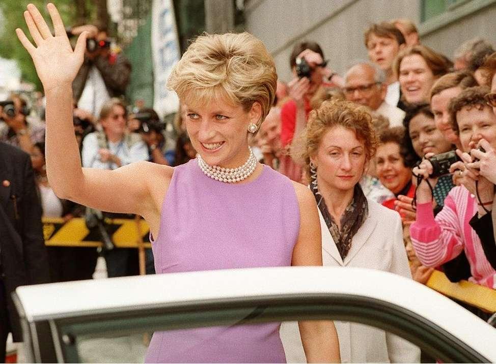 Lady Diana: i look più belli dell'icona di stile reale [FOTO]