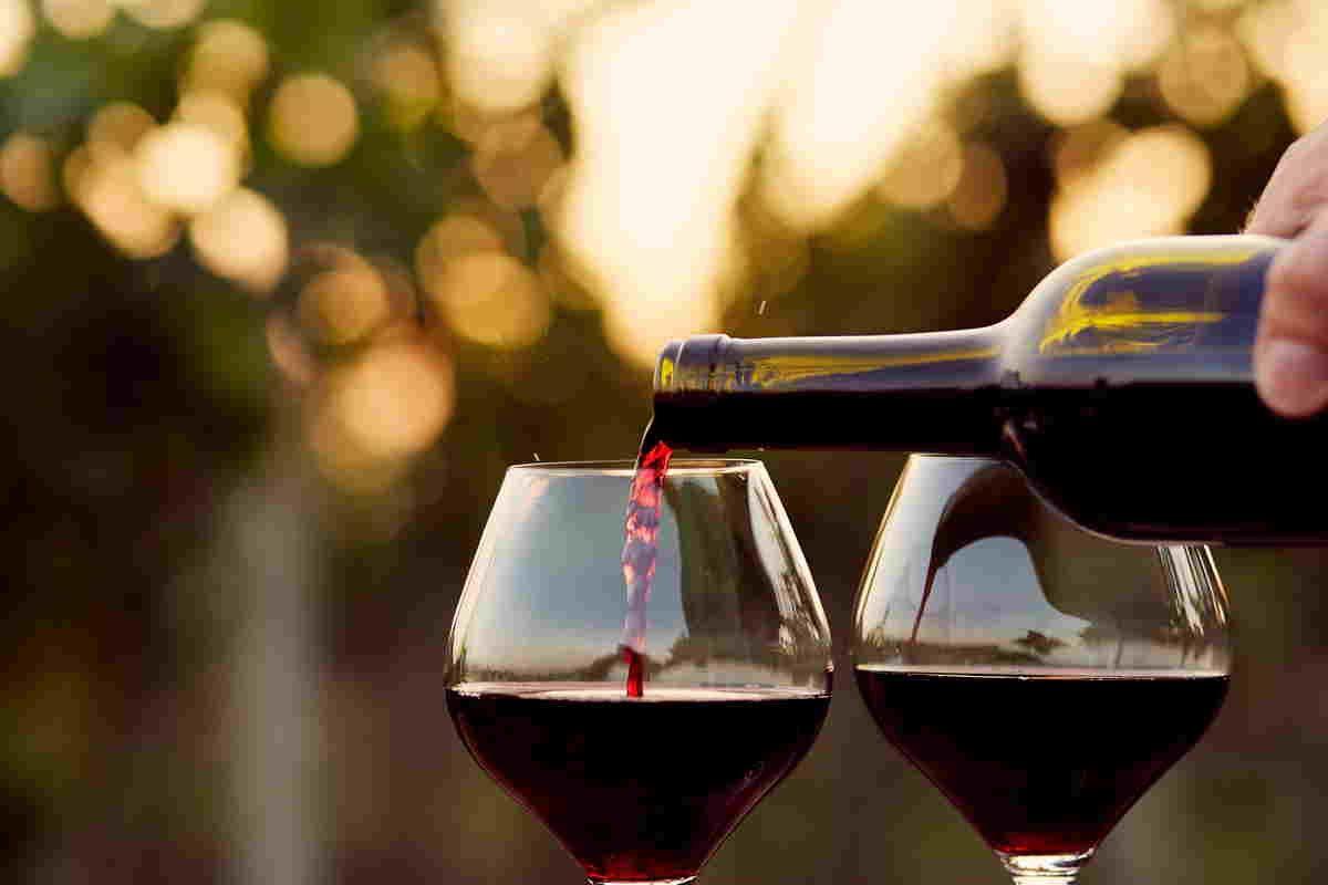 Vino rosso versato in due calici