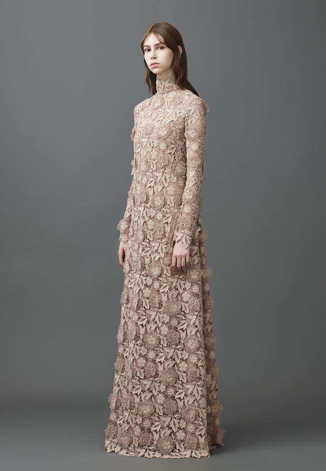Abito da sposa in pizzo champagne Valentino collezione Primavera 2017