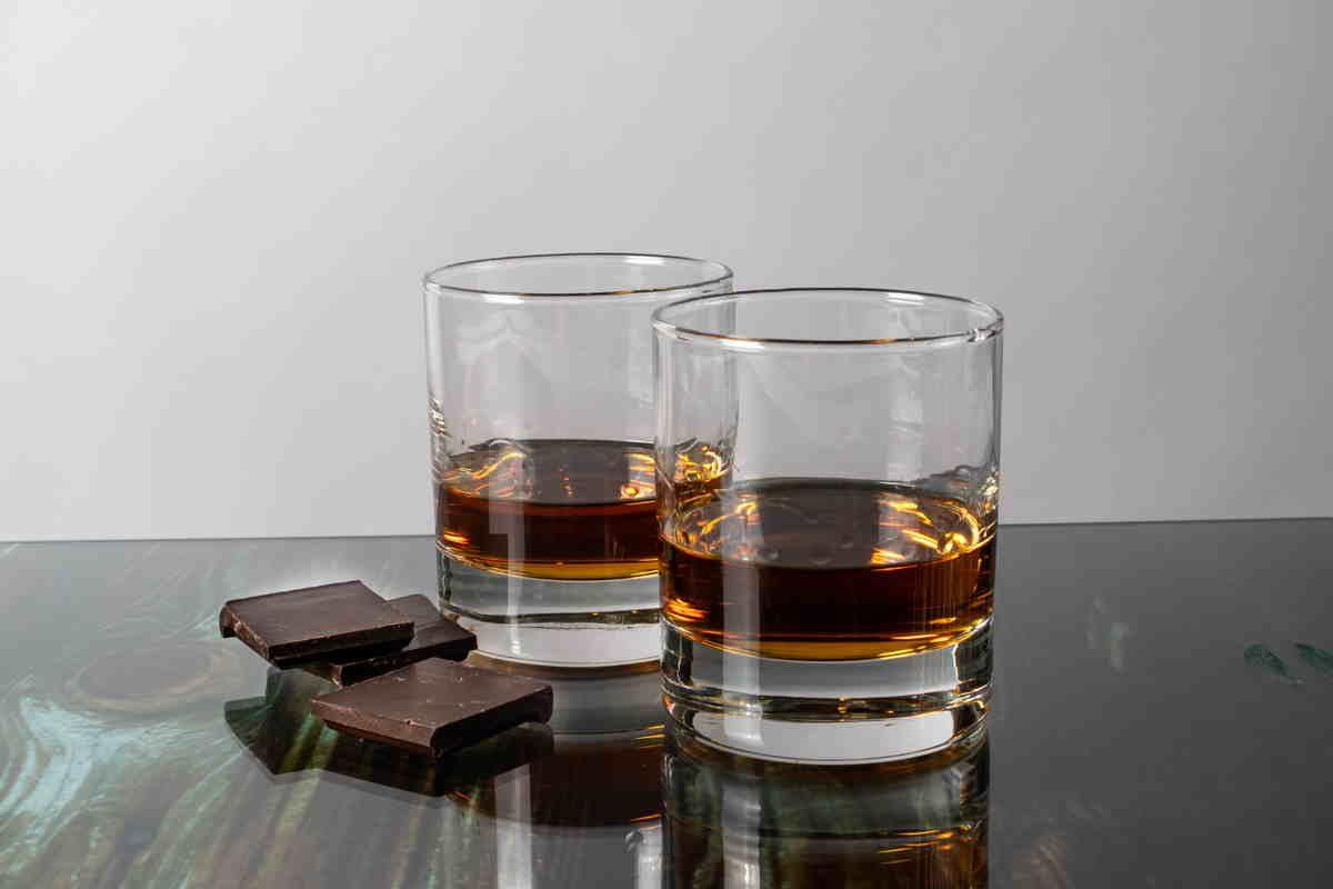 Bicchieri di whisky con cioccolato