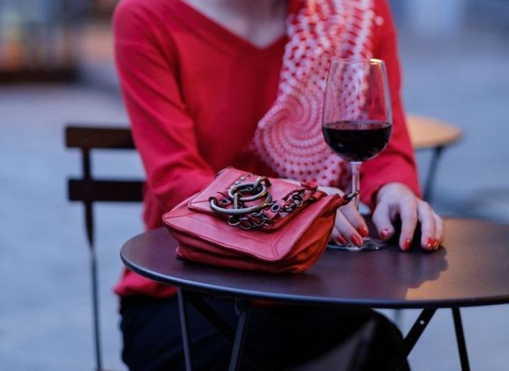 la borsa sul tavolo al ristorante