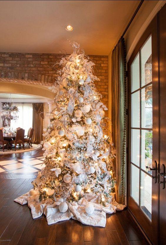Albero di Natale con decorazioni bianche