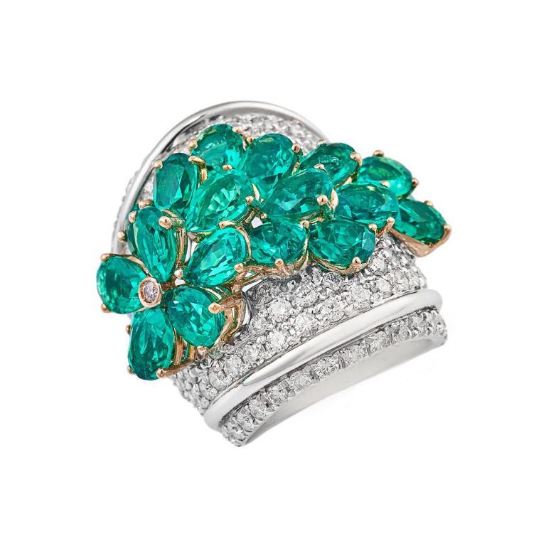 Anello in oro bianco 18k con smeraldi a goccia e diamanti Gioielli di Valenza