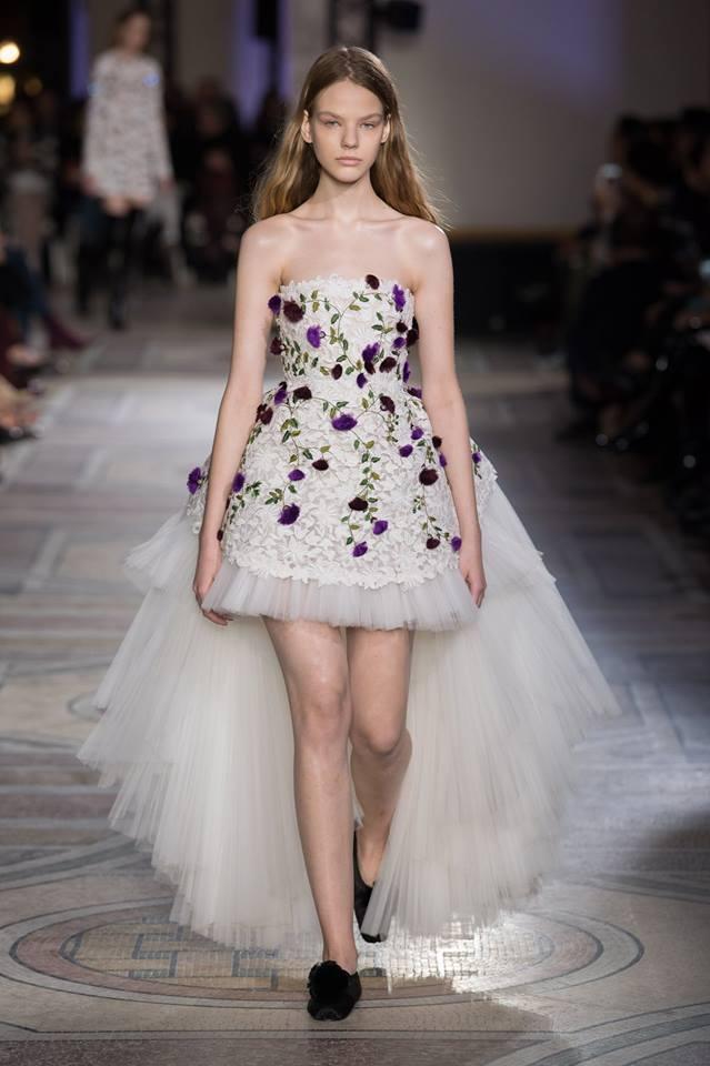 Abito da sposa asimmetrico a fiori Giambattista Valli haute couture primavera estate 2018