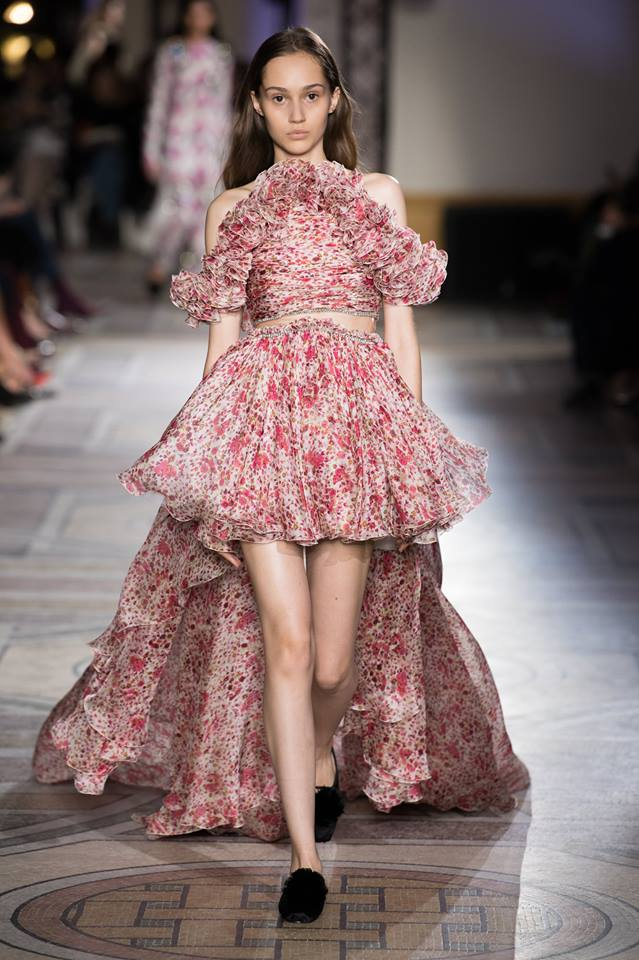Abito rosa asimmetrico Giambattista Valli Paris Haute Couture gennaio 2018