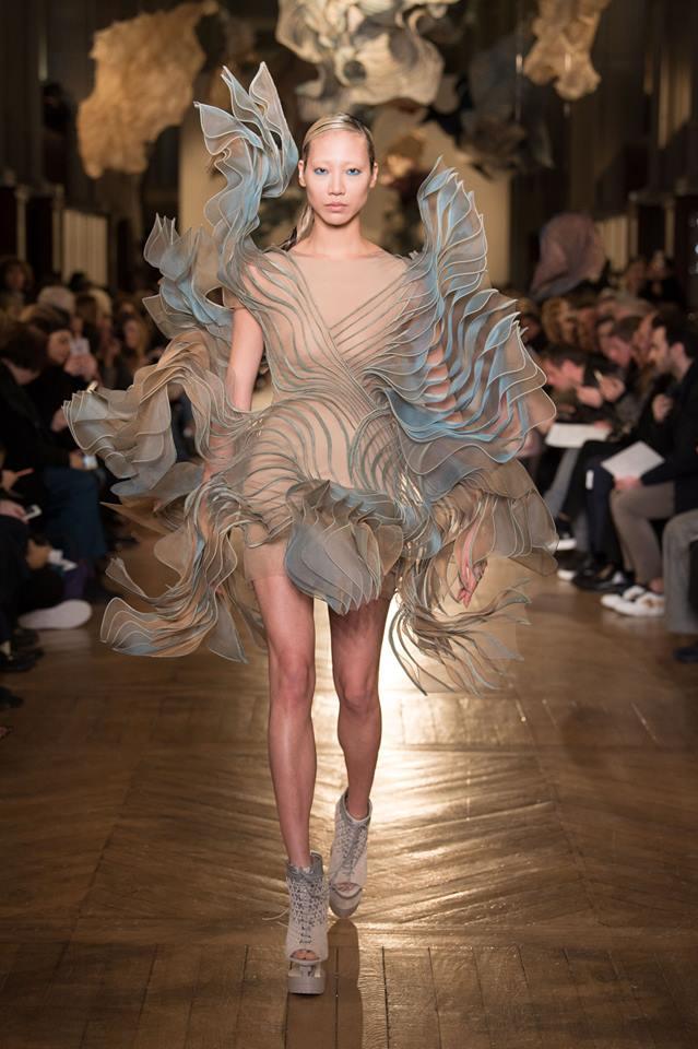 Abito scultura Iris Van Herpen Paris Haute Couture gennaio 2018