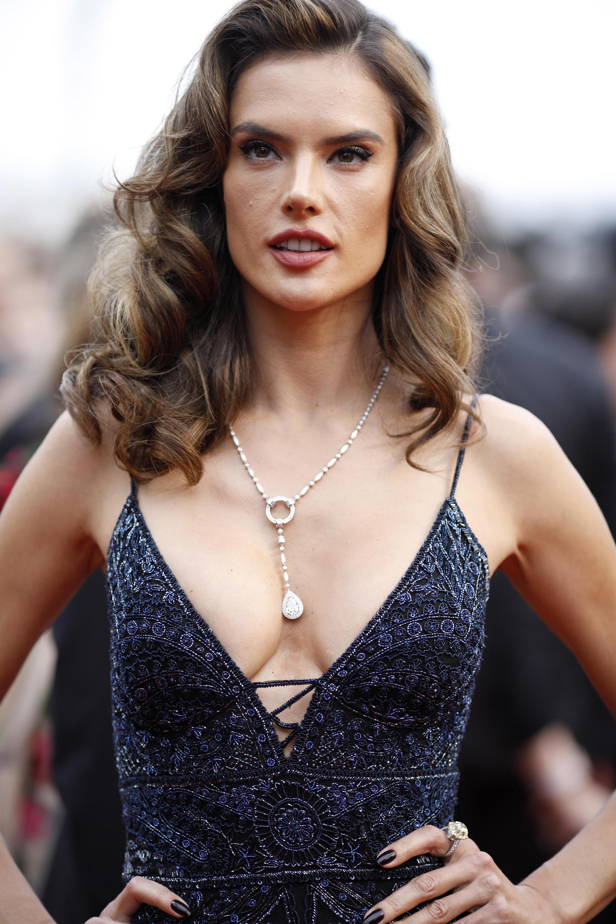 Alessandra Ambrosio con gioielli Boucheron