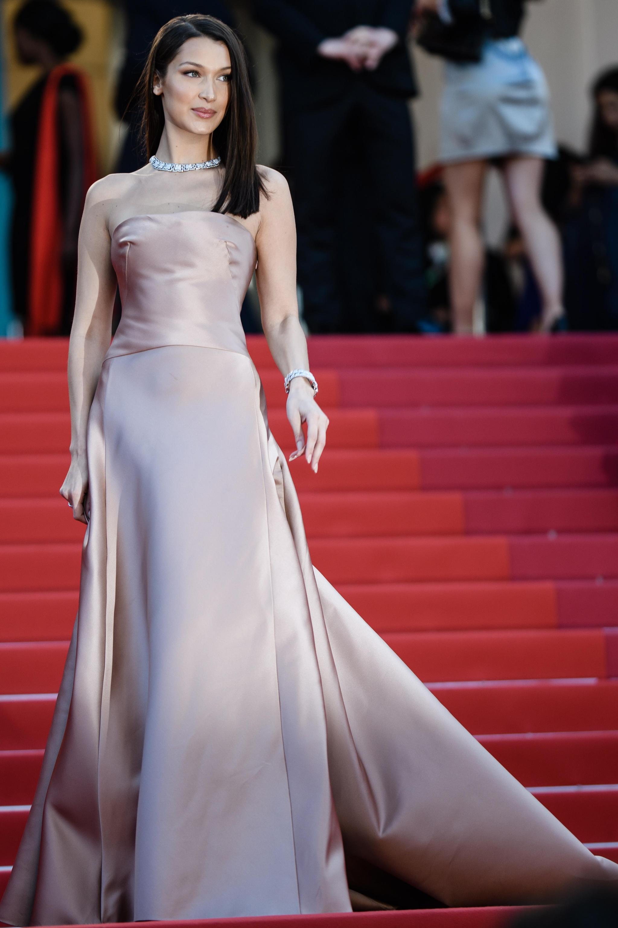 Bella Hadid in Christian Dior Haute Couture con gioielli Bulgari