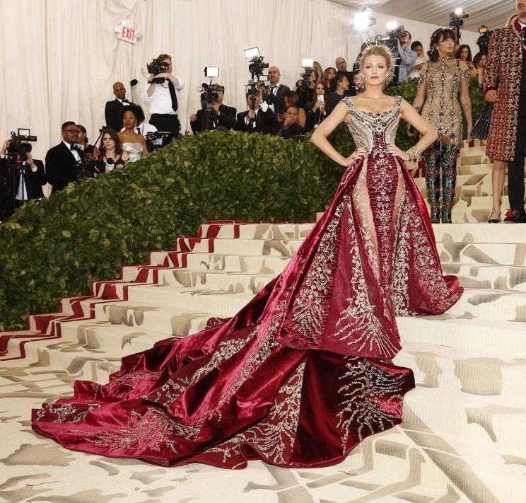 Blake Lively in Atelier Versace con gioielli Lorraine Schwartz