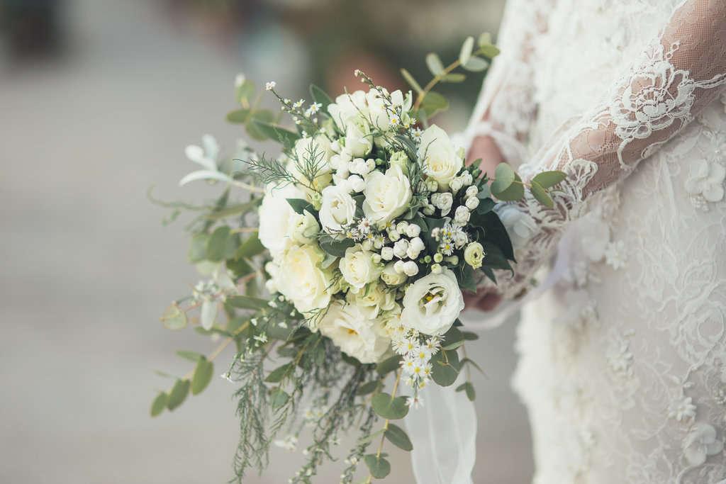 Come scegliere il bouquet da sposa in base all'abito (3)