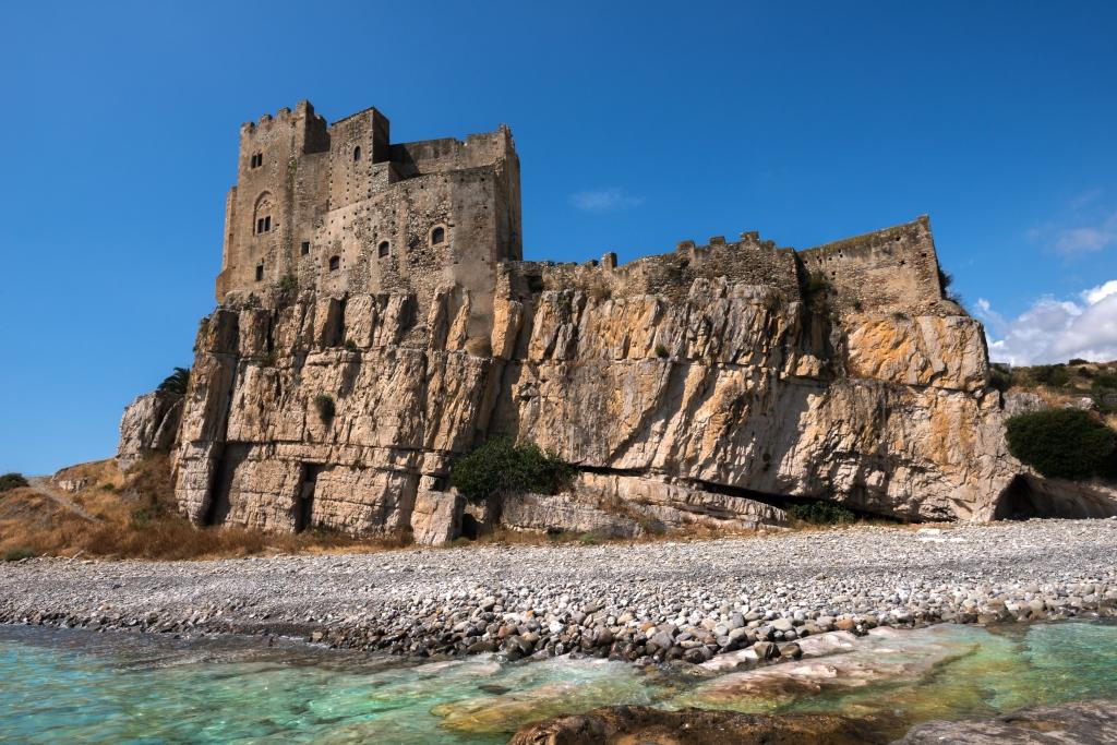 Il castello sulla spiaggia di Roseto Capo Spulico