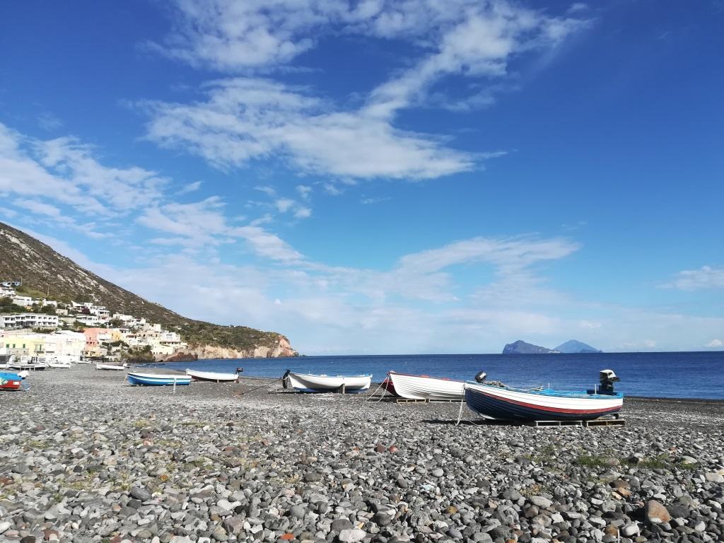 La spiaggia di Stromboli nelle Lipari