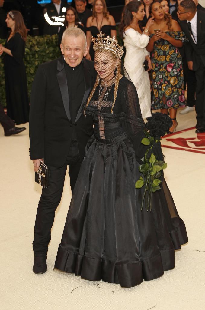Madonna in Jean Paul Gaultier con corona Rinaldy Yunardi