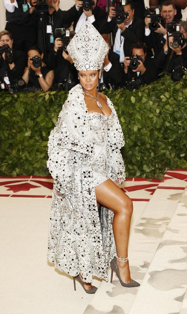 Rihanna veste Maison Margiela by John Galliano con gioielli Maria Tash e Cartier