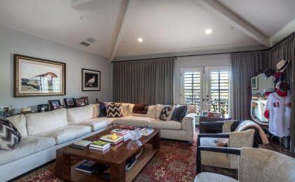Nessuno compra la sua casa: Charlie Sheen decide di affittarla