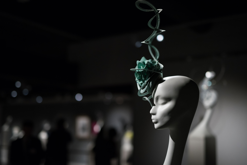 fascinator di Philip Treacy mostra