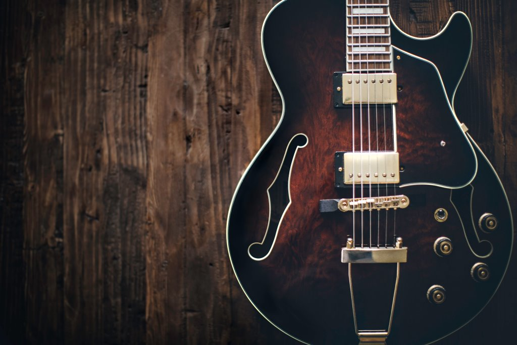 Chitarra vintage thomas kelley 78865 unsplash