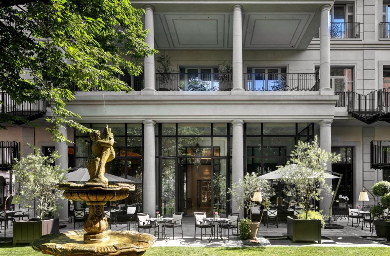 il cortile di palazzo parigi a milano