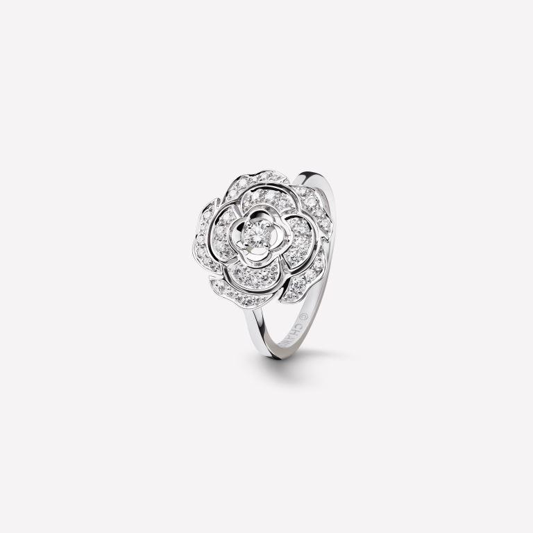 Anello di fidanzamento Chanel in oro bianco 18 carati con diamanti al prezzo di 4600 euro