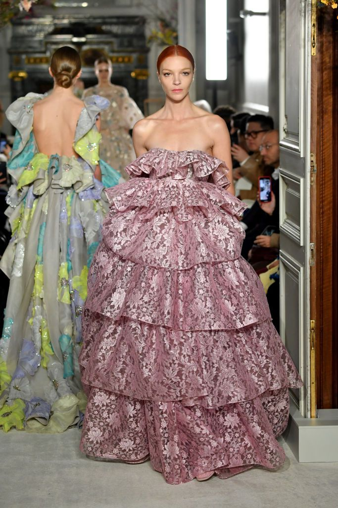 Abito in pizzo rosa Valentino (Photo by Pascal Le Segretain Getty Images)