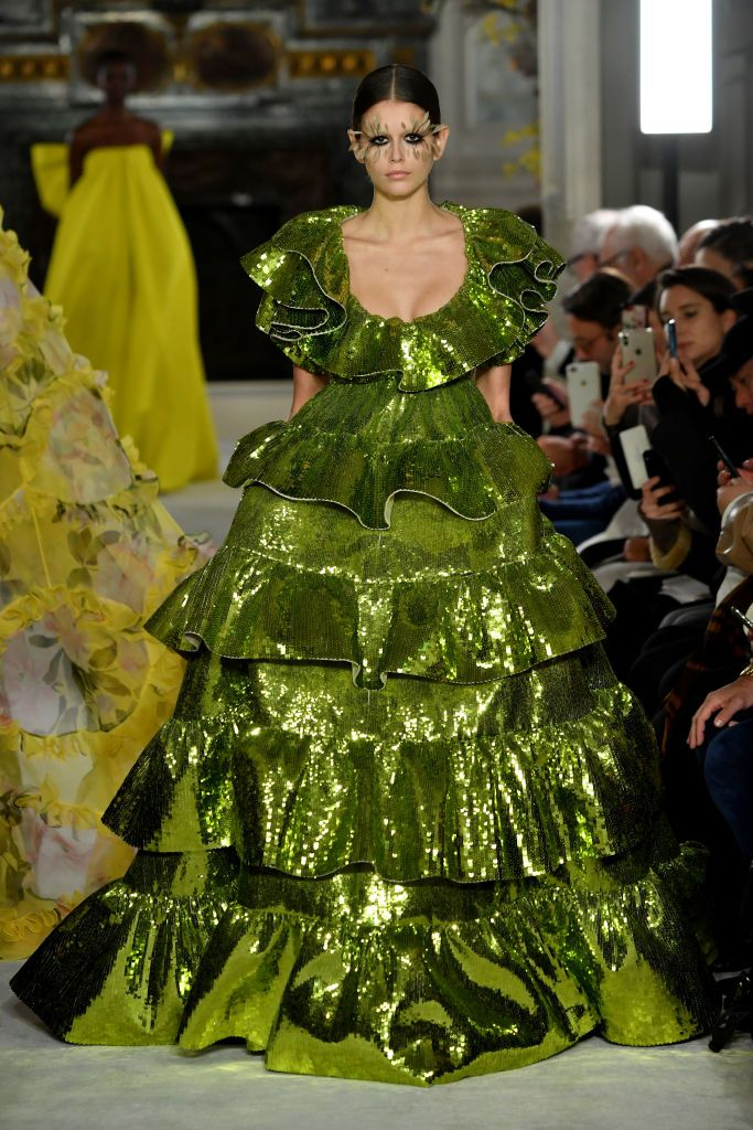 Kaia Gerber con abito Valentino verde tempestato di piccole paillettes