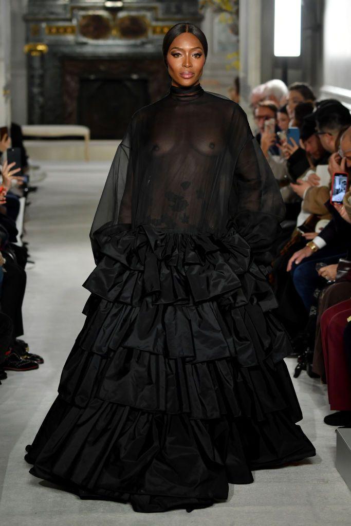 Naomi Campbell sfila per Valentino