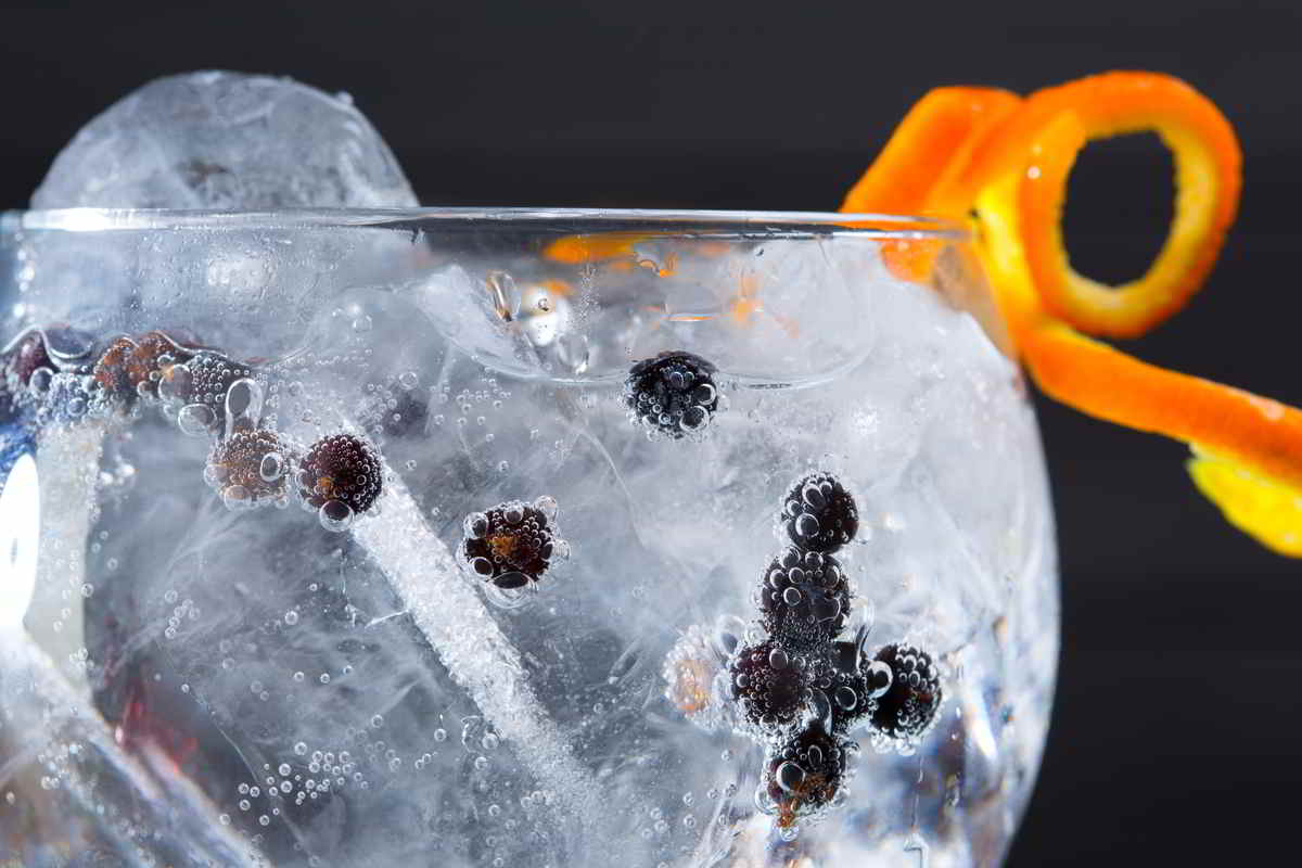 cocktail con gin e bacche di ginepro