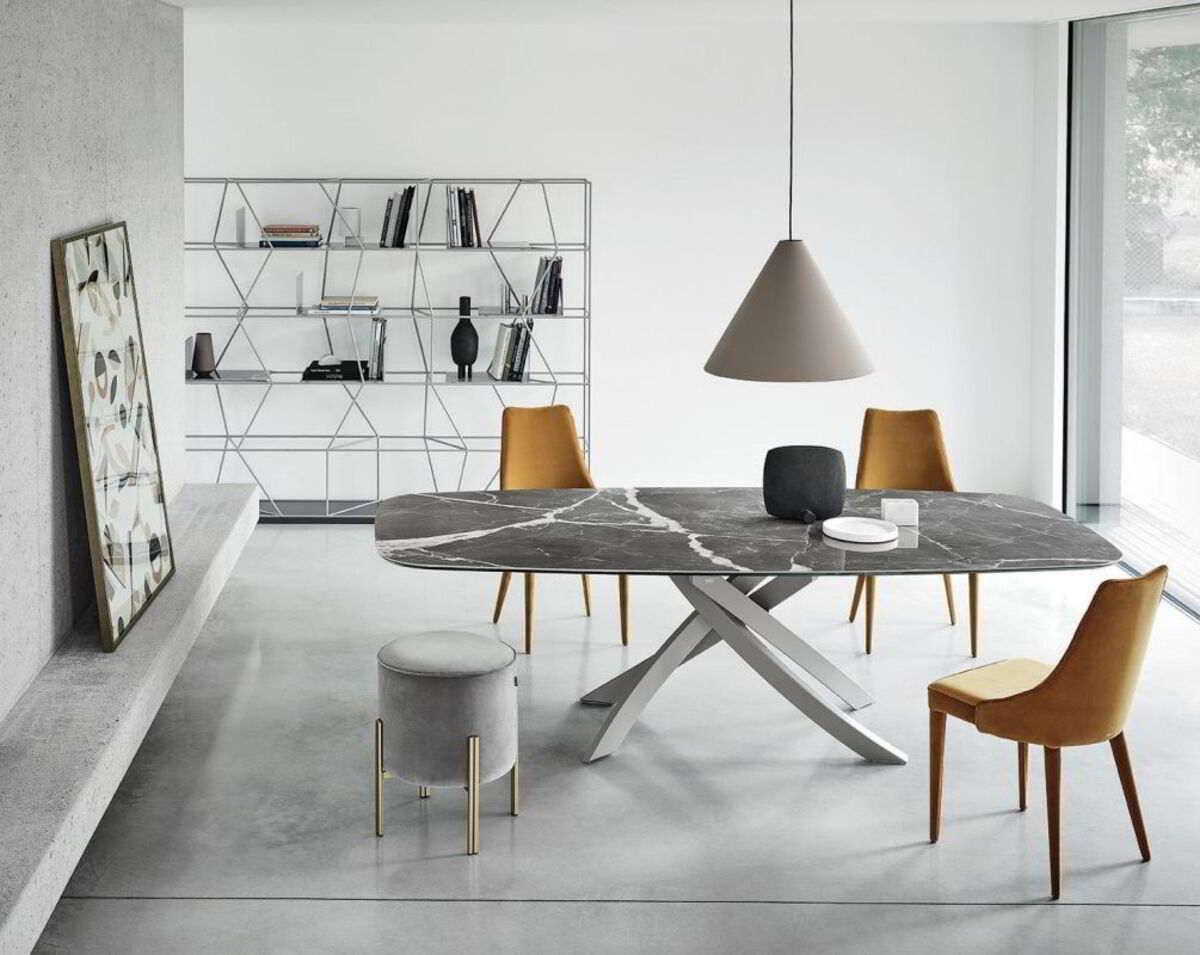 sala da pranzo con tavolo artistico
